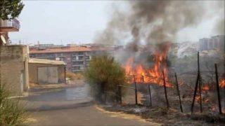 Catania, incendio a Cibali vicino alle abitazioni