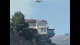 Incendio a Taormina, l'intervento del Canadair vicino le case