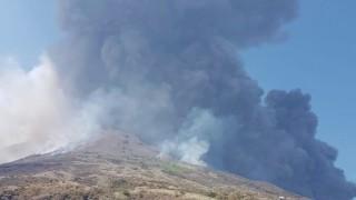 Forti esplosioni, pioggia di cenere e lapilli ed eruzione a Stromboli, turisti terrorizzati